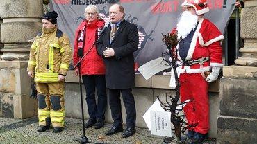 Mario Kraatz, Detlef Ahting, Finanzminister Reinhold Hilbers und der ver.di-Weihnachtsmann
